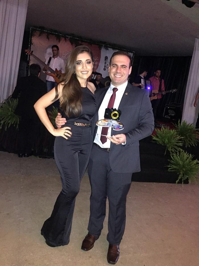 Dr. Oséas Rodrigo no clique com a amada Andressa Lopes. Ele foi destaque como Fisioterapeuta. Parabéns!!!