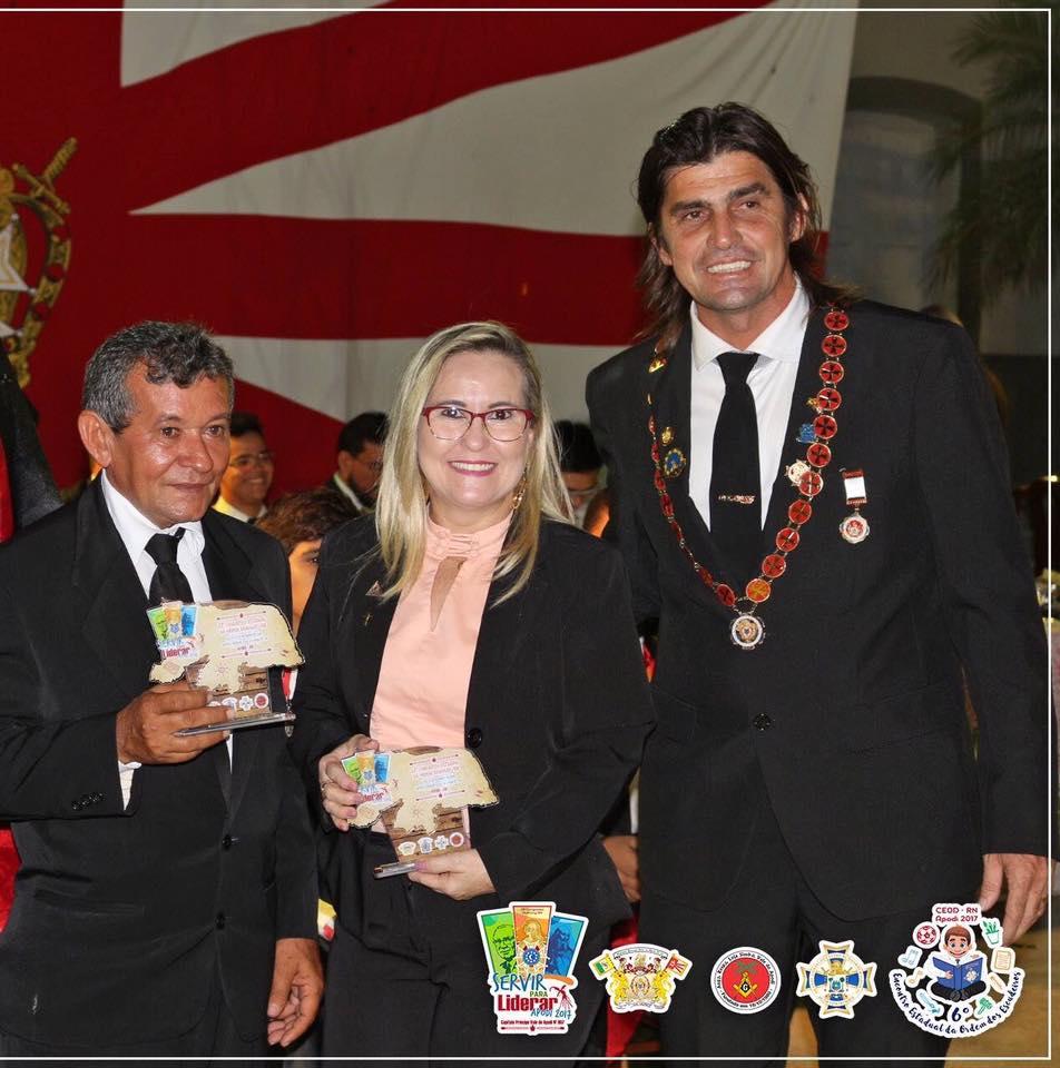 O ex-Grande Mestre Estadual, Flávio Carvalho, entregando homenagens ao Venerável Geraldinho e sua esposa Edna Almeida do Clube das Samaritanas da Loja Maçônica Vale do Apodi.