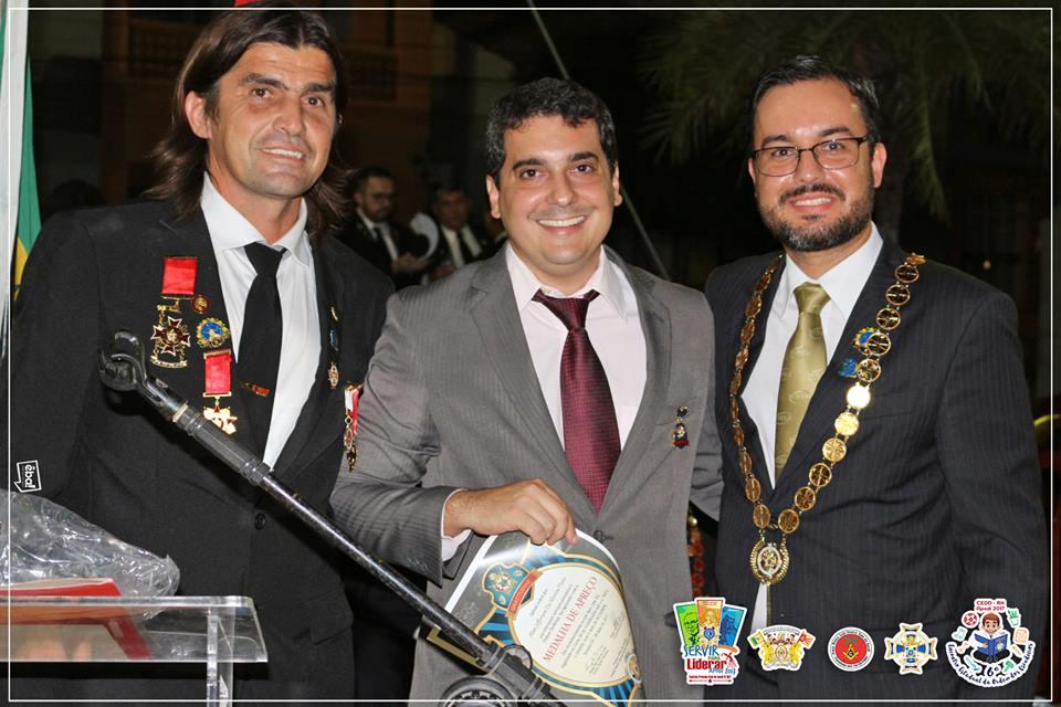 No centro,  Prefeito de Apodi, Alan Silveira, recebendo homenagem dos queridos Flávio Carvalho e Tiago Dias.