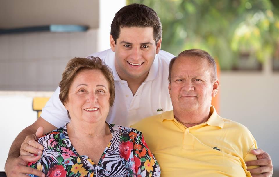 Família reunida para festejar o aniversário do herdeiro Igor Licurgo, na foto emoldurado pelos pais Doralice Medeiros e Licurgo Quinto. Parabéns!