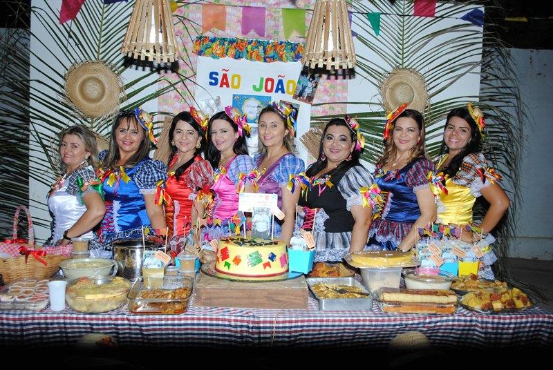 Anfitriãs da noite de sábado o grupo As Divas, com: Danusa Maia, Fausta Costa, Luzinete Fernandes, Erivania Vieira, Socorro Alves, Joenilma Menezes, Claudia Oliveira e Samantha Maia. Finas!