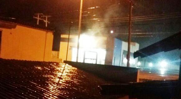 Populares flagraram fumaça numa das agências durante o ataque