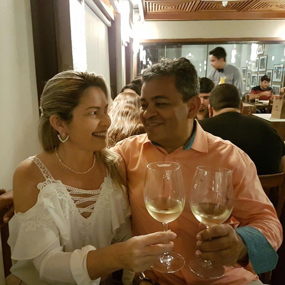 Casal gente fina da terrinha radicado na nossa Capital Natal, Dr Wladimir Fernandes com sua Kassandra Gurgel, em brinde para comemorar a festa da vida dele. Parabéns!