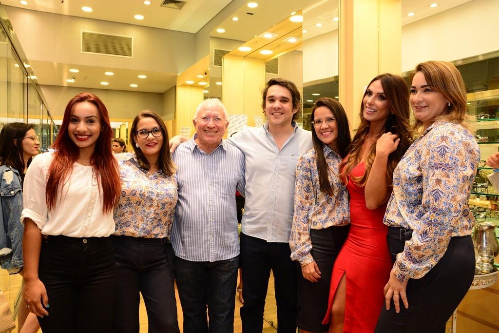 Eis aqui o empresário da Oculum Thiago Teixeira ladeado por Rebeca Dantas, Flávia Tathyany, os gerentes Dantas e Berlene Belmont, a linda Nicole Bahls e Beatriz Barros em noite de lançamento. Achei chique!