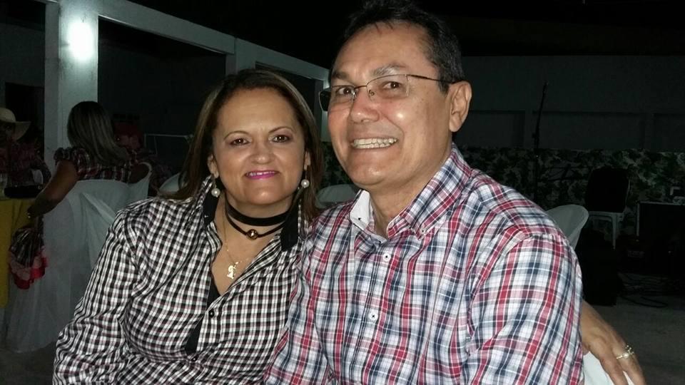 Sábado é dia de parabenizar a bacana Gladys Carlos Varela, na foto faz pose com o maridão Dr Varela e nós desejamos felicidades sempre!
