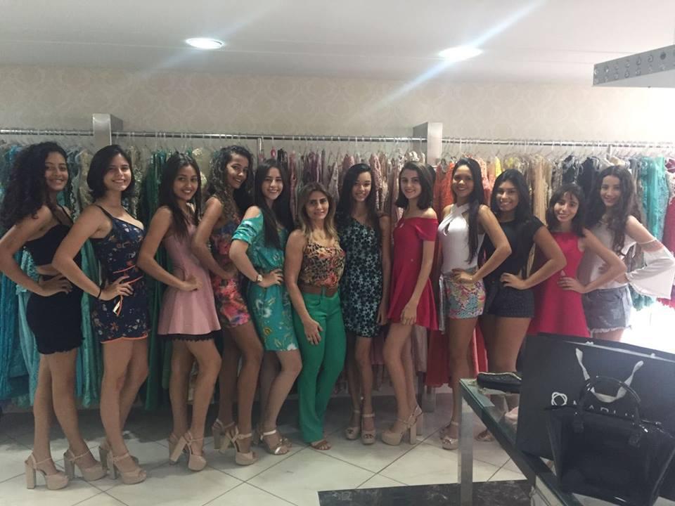 Ladeada pelas candidatas do Concurso Miss Teen Caraúbas a empresária Marluce Bezerra junto da Miss Teen 2016 Caraúbas Vitória Fernandes. Um luxo!