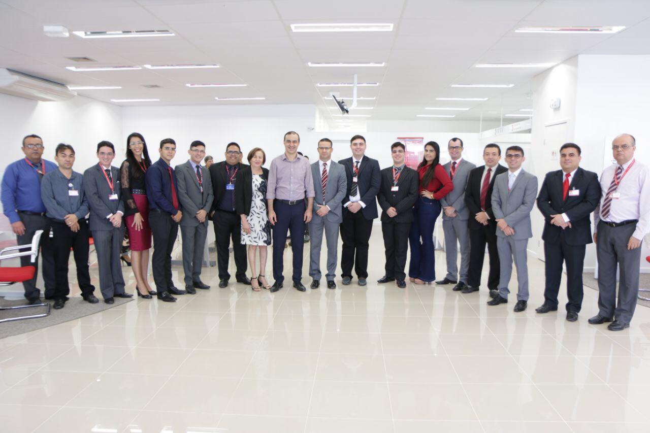 Marlúcio Águiar, Gerente do Bradesco em Pau dos Ferros, no clique com funcionários, clientes, autoridades e convidados na inauguração das novas instalações.