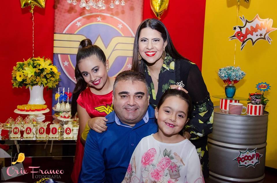 Ladeado pela amada Marillia e das filhas Maria Eduarda e Maria Luisa o amigo Edvan Praxedes, aniversariante festejado da semana. Vivas!