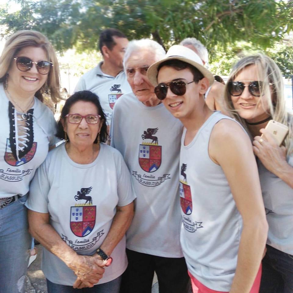 Sempre queridos a Família Suassuna se reuniu no último sábado para celebrar sua história. No clique os queridos: Marta Suassuna, Ágar Suassuna, o Sr. Anacleto Suassuna, Atson Suassuna e Cassiana Suassuna.
