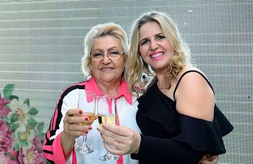 4.De sorrisos escancarados para vida com o sucesso do casarão das noivas no bem casar as empresarias Selma Carneiro e a filha Andrea. Elas São Master.