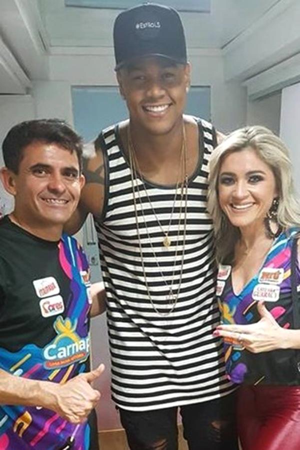 Os diretores do Carnapau Cleanto Bezerra e Alessandra Pascoal recepcionando a primeira atração do evento, Léo Santana.