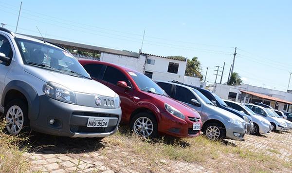 Lotes possuem veículos em condição de circulação e sucatas (Foto: divulgação Detran/RN).