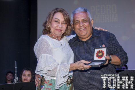 Gerente Executiva da PMA Assú Rizza Montenegro Lira recebe a Comenda Reconhecimento pelo Diretor do Teatro Pedro Amorim Marcos Henrique.