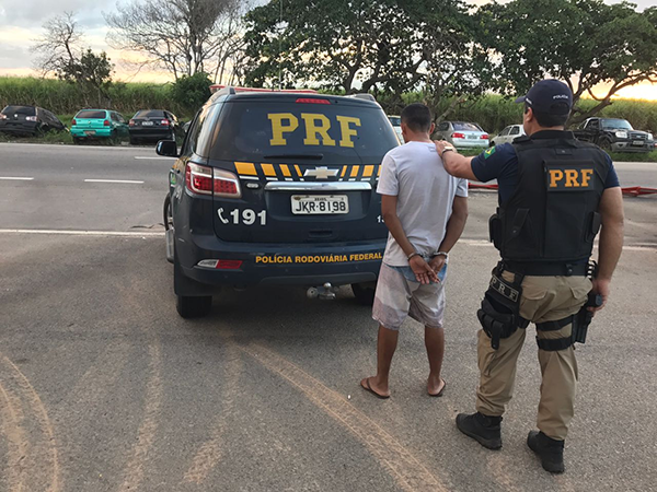 Homem deveria cumprir pena no semiaberto pelo crime de tráfico de drogas (Foto: Divulgação PRF).