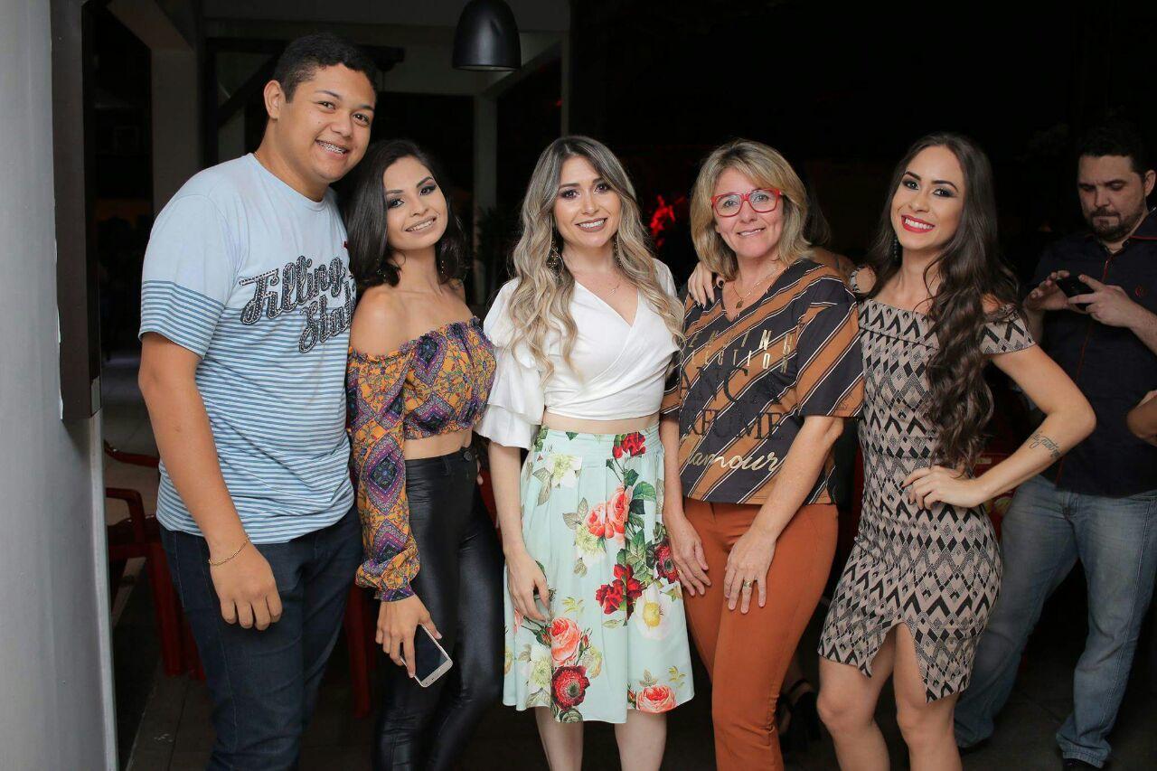 Empresária de moda da Loja Max Modas, Marillac Souza abrilhantou nossa noite de estreia ao lado dos amigos  João Vitor e Midia Lemos.
