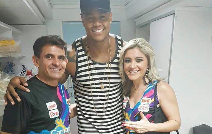 O casal Cleanto Bezerra e Alessandra Pascoal diretores do Carnapau, com o cantor Léo Santana. Show!!!
