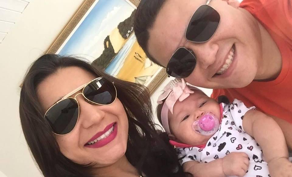 Rafaela Cristina, proprietária da loja Diva, super satisfeita com o resultado das promoções. Na foto com sua família.
