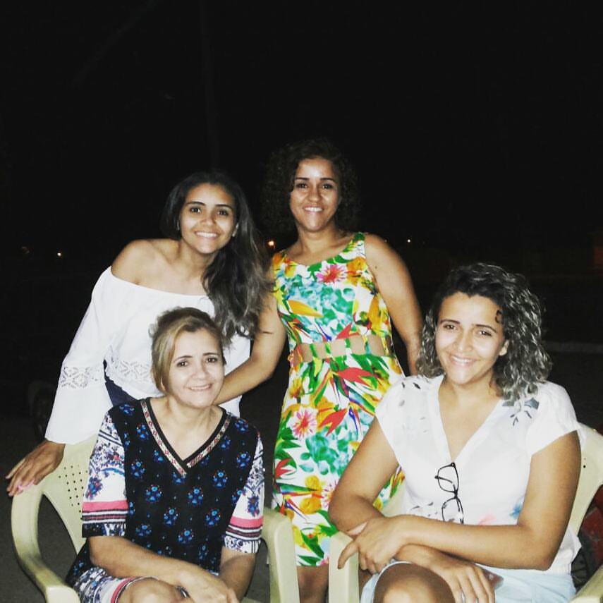 Aniversariante querida de amanhã a cabeleireira Goete Costa, ladeada pelas filhas Maria Rita, Mônica e Hortência Pereira. Parabéns e tudo de melhor sempre!