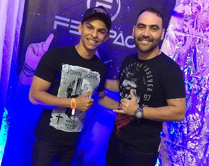 Cayo Costa no clique com o cantor Felipão na Vaquejada de Apodi.