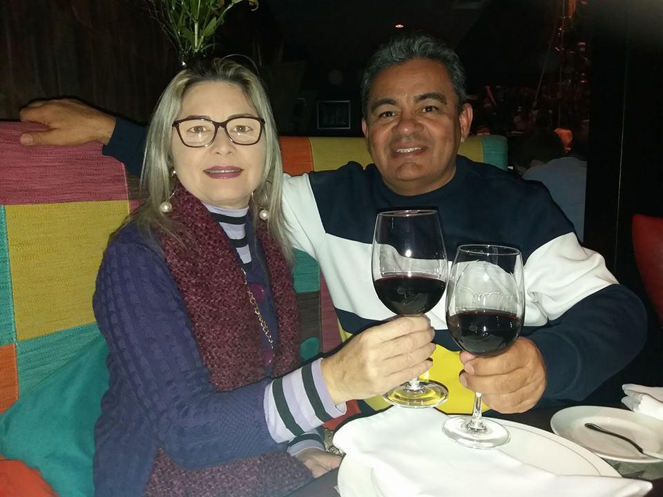 Em dias de Dolce Far-niente pelo Chile o casal alinhado Vladimir Fernandes e sua Kassandra Gurgel em brinde pela vida. Acho chique!