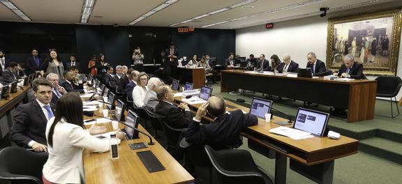 A Comissão Especial da Reforma Política se reúne para votação do relatório parcial 3 do relator, deputado Vicente Cândido (Fabio Rodrigues Pozzebom/Agência Brasil).
