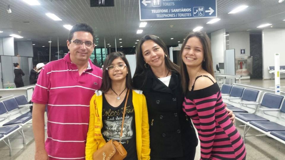 Outro aniversariante vip da sexta-feira 18 é Robson Luís Gurgel Soares, na foto com a esposa Rosane e as filhas Ana Clara e Ana Tereza.. Parabéns!