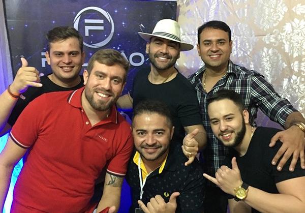 Juninho Art Digital com os amigos no camarim do Felipão.