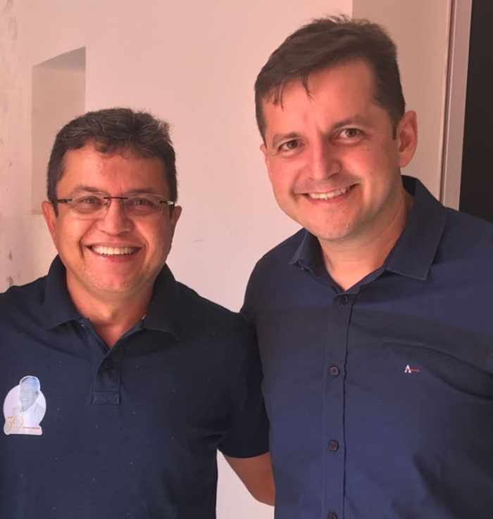 O prefeito de São Francisco do Oeste, Lusimar Porfírio, recebendo o abraço do amigo advogado Richele Raulino, na festa de seu aniversário.