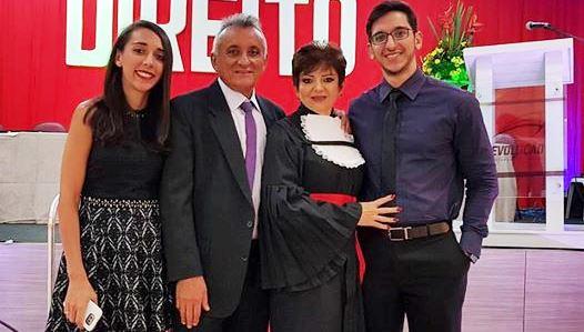 Ela é nossa queridinha e faz tempo. Nivaneide Nunes acabou de concluir o Curso de Direito. Aqui com seu esposo, Nair, filha Ariele e filho, Ayrone. Sucesso!