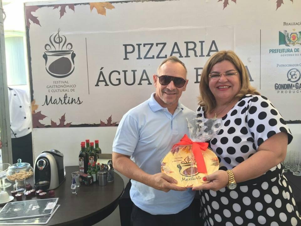 Pizzaria Água na Boca,  Vicente de Paula recebendo comenda da prefeita Olga Fernandes.