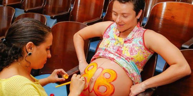 A programação do curso inclui temas como aspectos emocionais da gestação, pré-natal, tipos de parto e anestesias obstétricas.