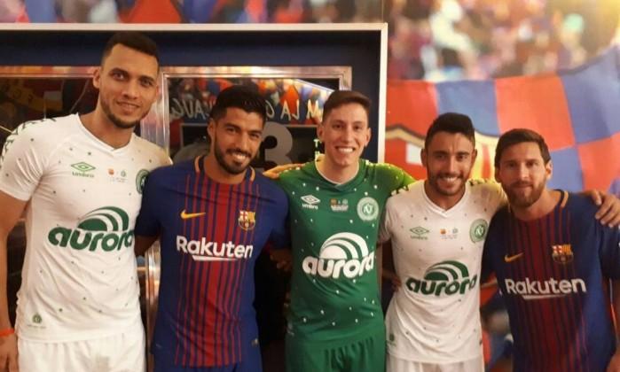 Os três jogadores sobreviventes do acidente, Neto, Jackson Follman e Alan Ruschell posam para foto com Suárez e Messi. (Foto: Reprodução Twitter Chapecoense).