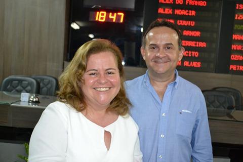 A agraciada com o Título de Cidadã Mossoroense, Tatiana Mendes Cunha, com seu irmão Dalton Cunha Filho.