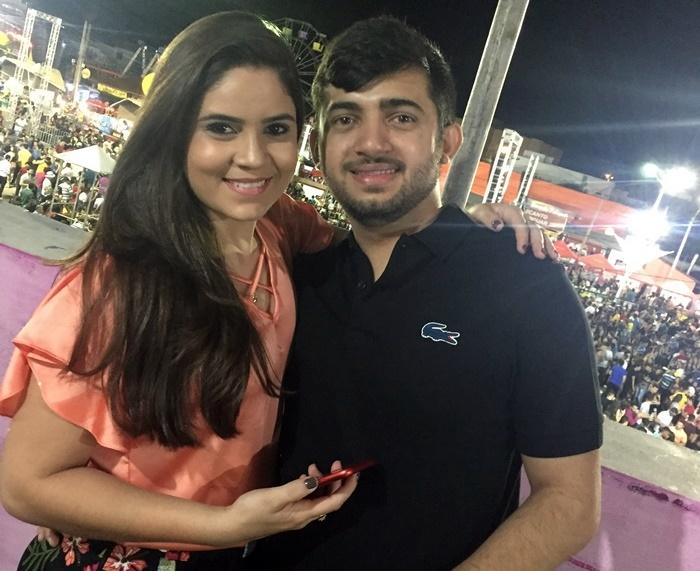 Thiago Luã e a namorada Mayara Queiroz no comando do camarote da loja InovaCell.