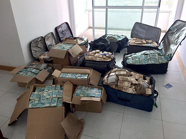 Malas de dinheiro em apartamento usado pelo ex-ministro Geddel Viera (Foto: Políca Federal).