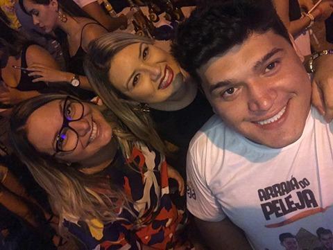 Os donos do Arraiá do Peleja Afilza Freire e sua irmã Aline Freire com o querido Jonhatan Morais.