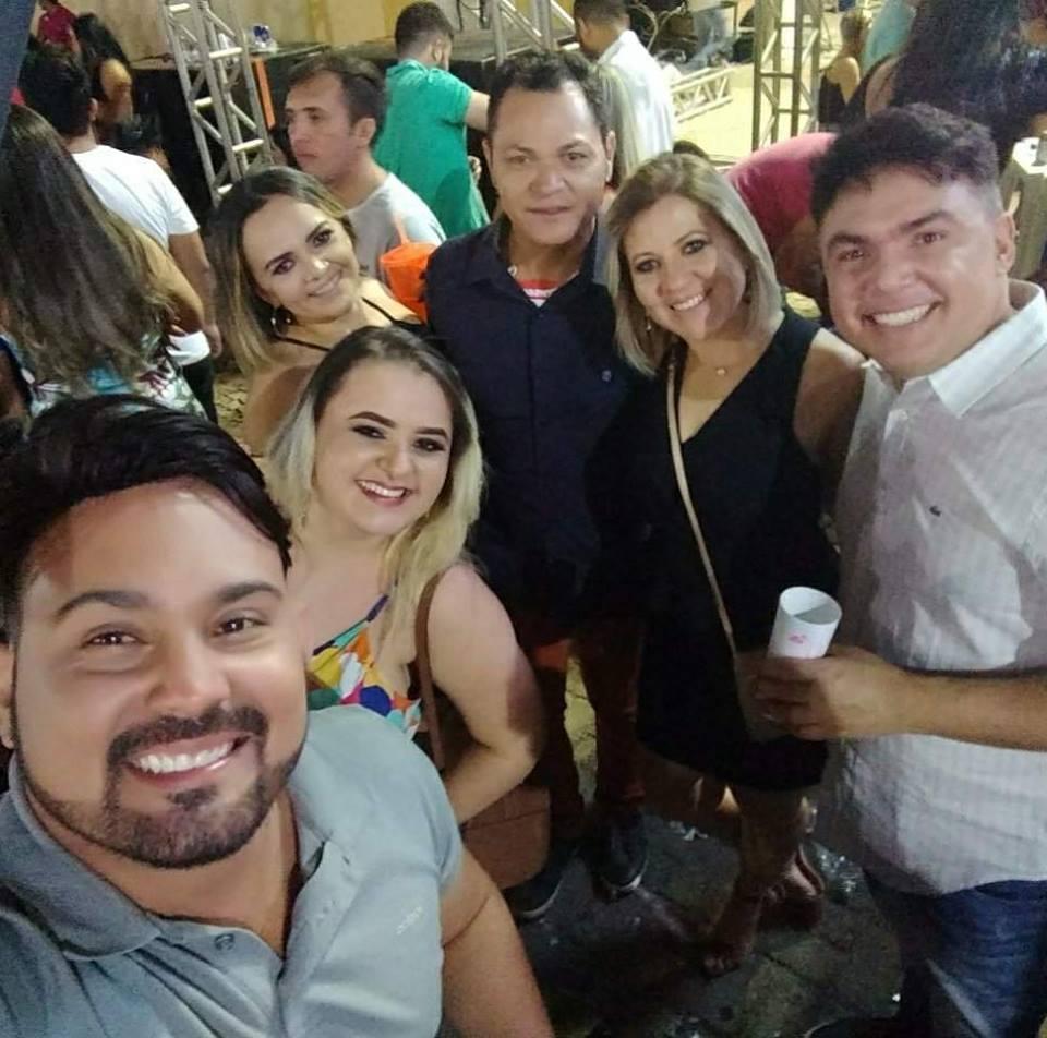 Este colunista ladeado por André Maniçoba, Daniela, Geórgia Lobo, Cibele e Eduardo Lobo. Danadinhos!