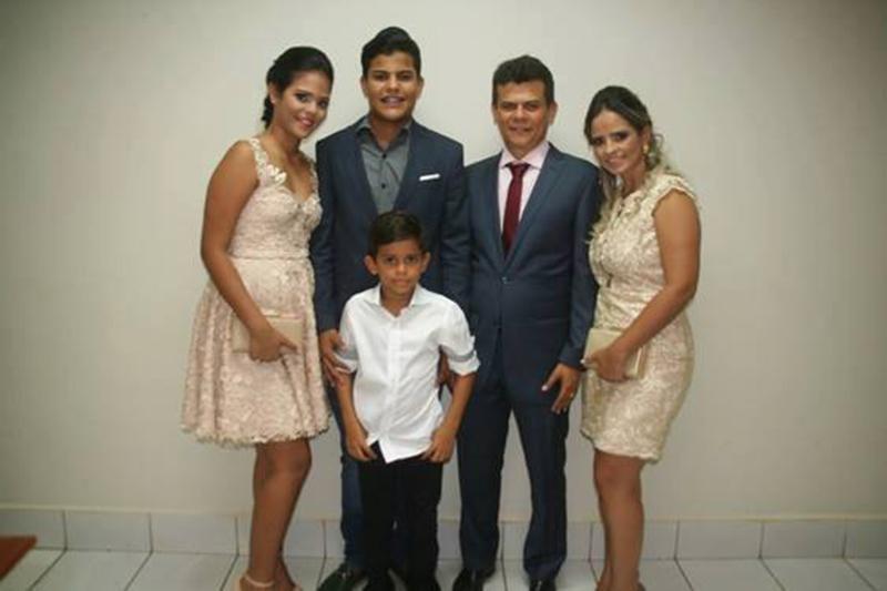 Aniversariante do domingo o prefeito Junior Alves, ladeado pela primeira dama Denise Alves e seus filhos: Kayo Victor, Cecilia Alves e Pedro Lucas. Parabéns!