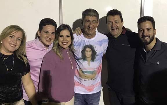 Glenda Gadelha, Hermerson, a dentista Nayara Gadelha, Chico Adolfo e Sávio abraçando o cantor Fagner em show grande show no Hotel Thermas Resort.
