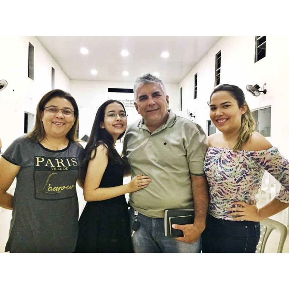 Bendito é o fruto entre as mulheres o amigo comunicador Francileno Góis com a esposa Licinha Gurgel e as filhas Giovanna e Fernanda, ele aniversariante de amanhã 15. Desejamos tudo de bom!