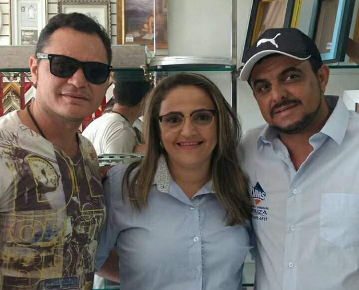 Este colunista, Marcos Almeida, com o casal, Cleneide e Valdineis, empresários da Vidraçaria Souza, de Pau dos Ferros!