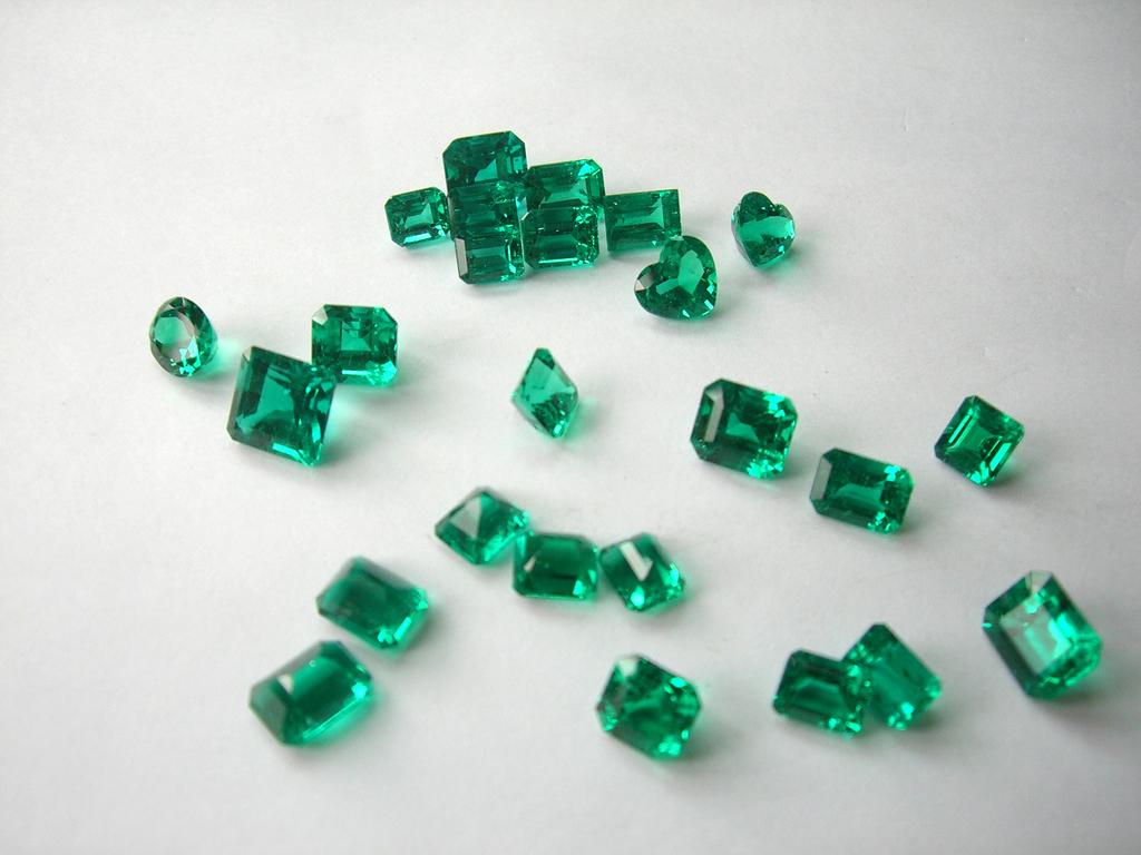 Entre os itens leiloados está um lote com 65 gemas de esmeraldas.