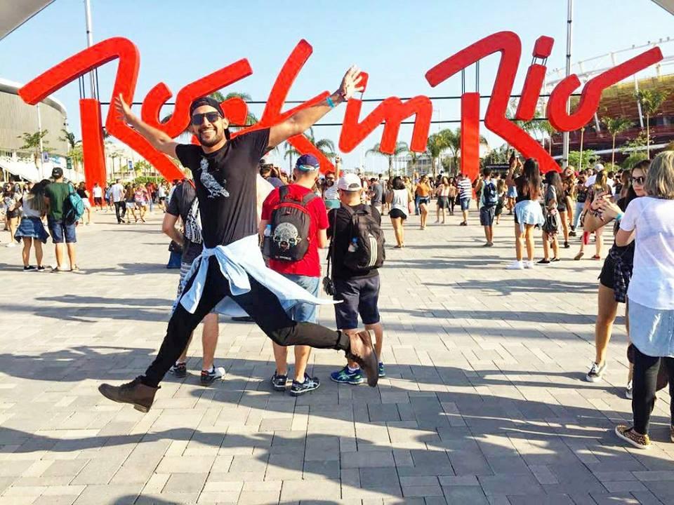 O futuro FármaciaBreno costa, realizando um sonho de esta no festival, em um click show! Nolook ele também optou pelo preto,com camisa jeans amarrada na cintura,melhor proposta de look para o evento.