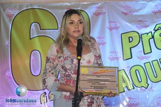 Primeira-dama do município de Felipe Guerra, Girlene Ferreira, recebendo o prêmio de Destaque da Mídia.
