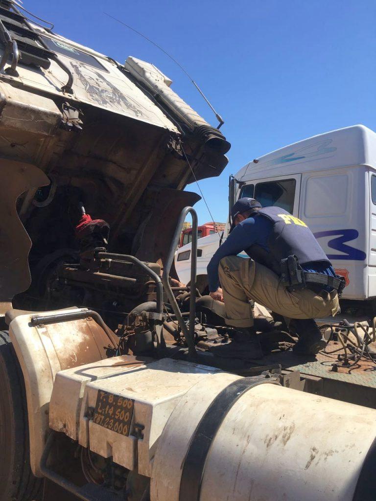 Carreta estava com placas clonadas e pneus em péssimo estado (foto: divulgação PRF).