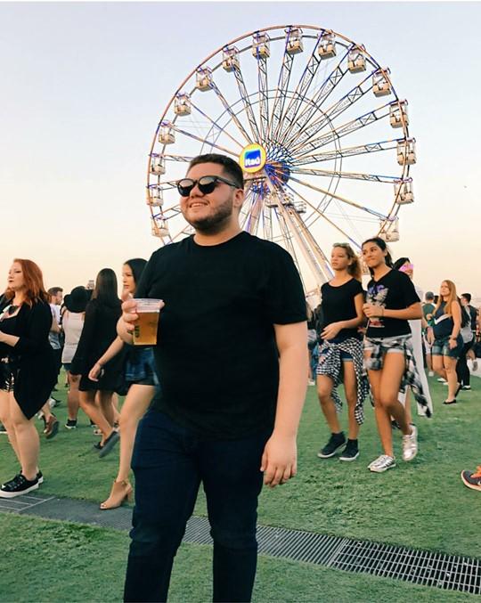 O amigo publicitário Raul Carvalho no maior festival. No fundo a roda Gigante que foi a novidade do evento que permitia uma vista preligegiada da festa (360 graus, na pista do palco 2015).