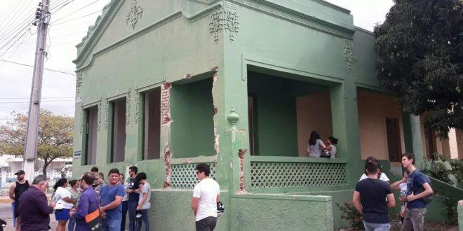 Estudantes de arquitetura protestaram contra demolição do prédio na semana passada (Foto: Luciano Lellys)..