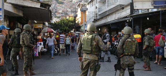 Rio de Janeiro - Militares seguem operando na favela da Rocinha para combater confrontos entre facções de traficantes de drogas (Fernando Frazão/Agência Brasil).