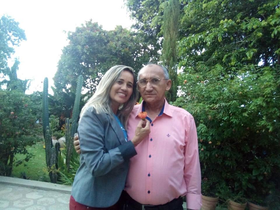 Hoje todos os vivas para minha querida amiga Reijane Fernandes da Costa, na foto com seu amado Erasmo Almeida. Parabéns tudo de bom!