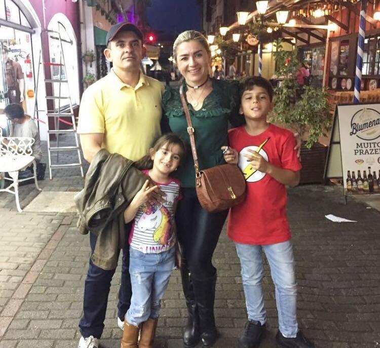Os empresários Cleanto Bezerra e Alessandra Páscoal curtiram dias de férias com os filhos em Santa Catarina. Aproveitaram para visitar Blumenau e levar as crianças para muita diversão no parque Beto Carrero World.